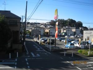 マクノナルドから子神社を望む。
